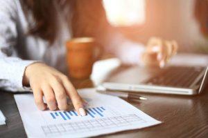 Joven revisando finanzas