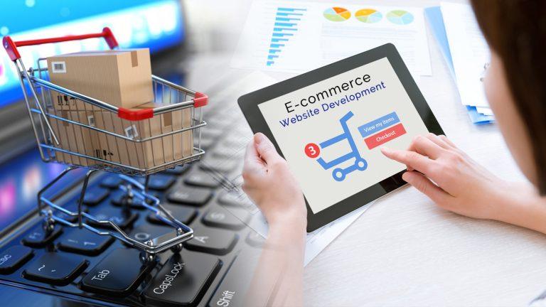 mujer usando una tablet sobre el ecommerce