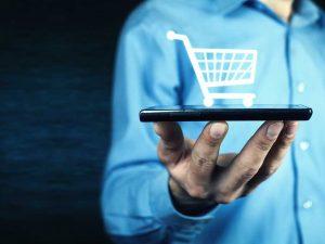 hombre sosteniendo un smartphone en una mano