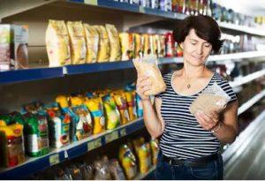 mujer comparando productos