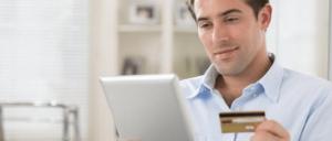 Hombre con tarjeta de crédito