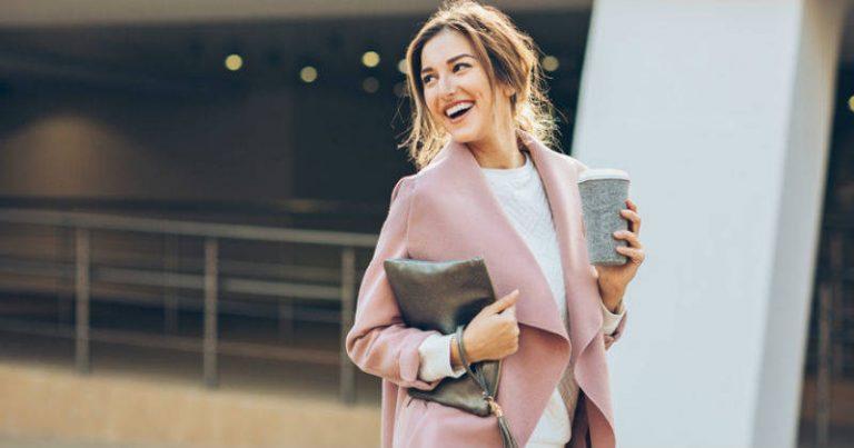 Mujer con blazer rosa