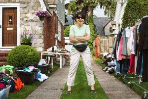 Mujer en venta de garaje