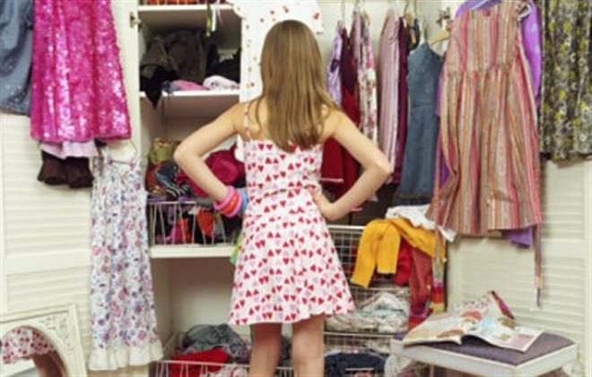 Mujer limpia su armario