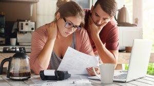 pareja pagando su deuda