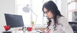 Mujer revisando sus finanzas