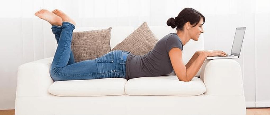 Mujer revisando su computadora