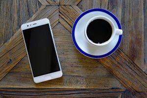 taza de café y celular nuevo