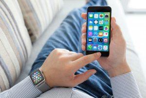 hombre utilizando su iPhone