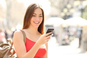mujer utilizando su celular