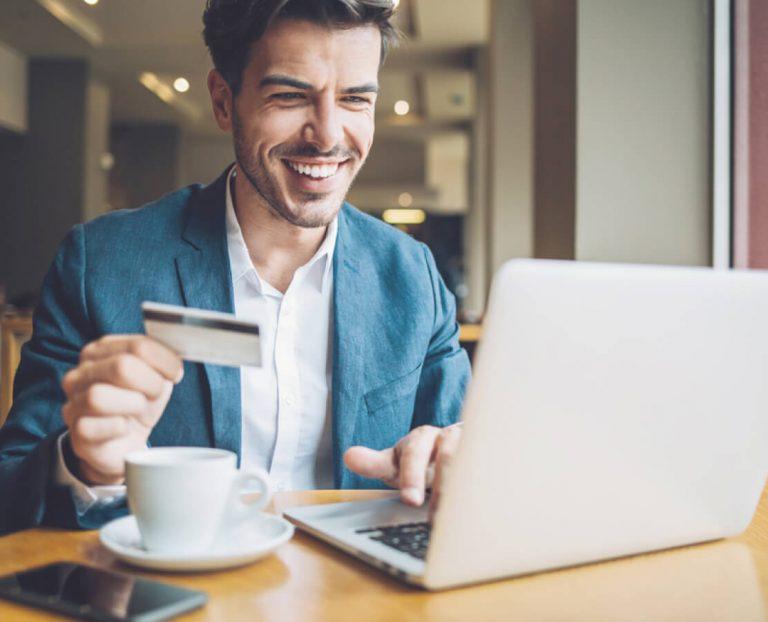 Hombre solicitando tarjeta de crédito