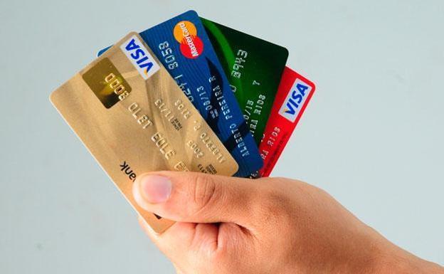 Persona usando tarjeta de crédito en línea