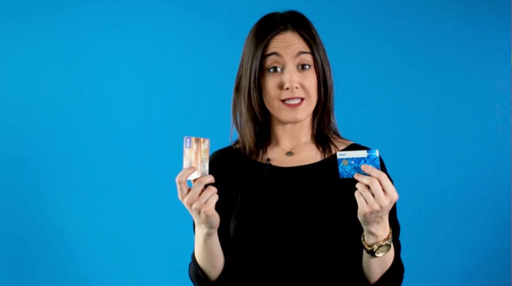Mujer mostrando su tarjeta